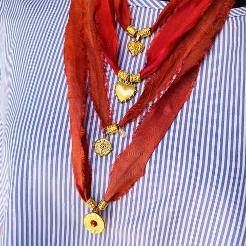 Nastro di seta rosso con pendente Cuore bombato