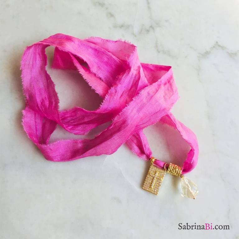 Nastro di seta rosa con ciondolo croce Zirconi e Quarzo