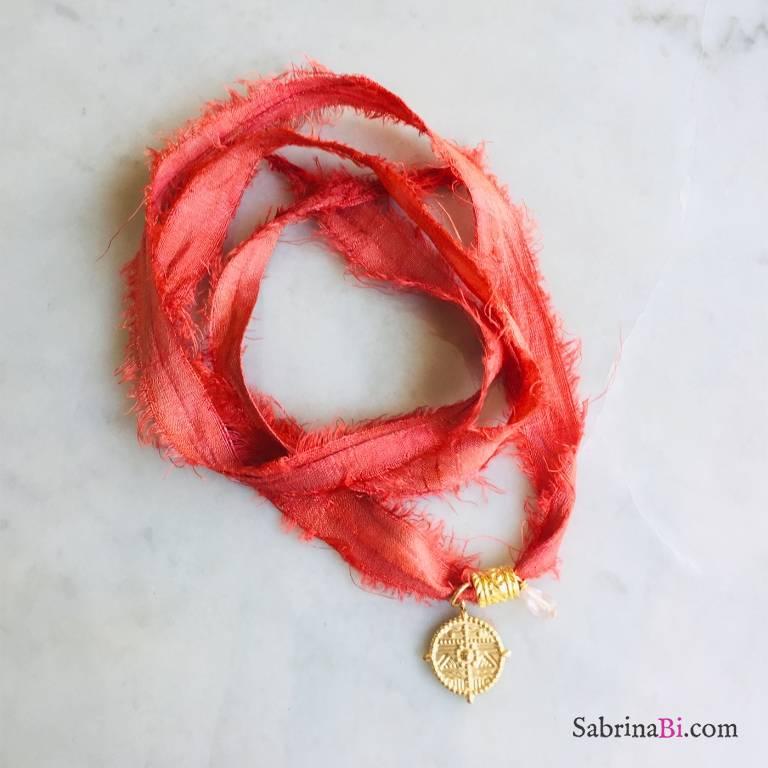 Nastro di seta rosso con ciondolo lavorato e Quarzo rosa