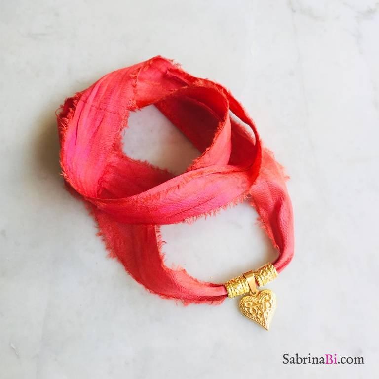 Nastro di seta rosso con pendente Cuore intarsiato