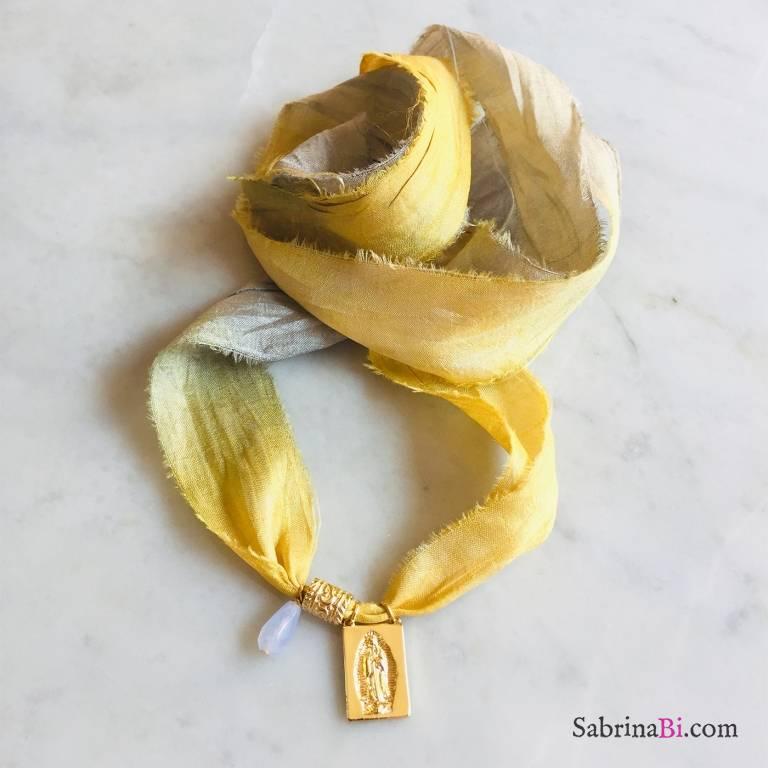 Nastro di seta verde giallo con Madonnina Miracolosa e Calcedonio