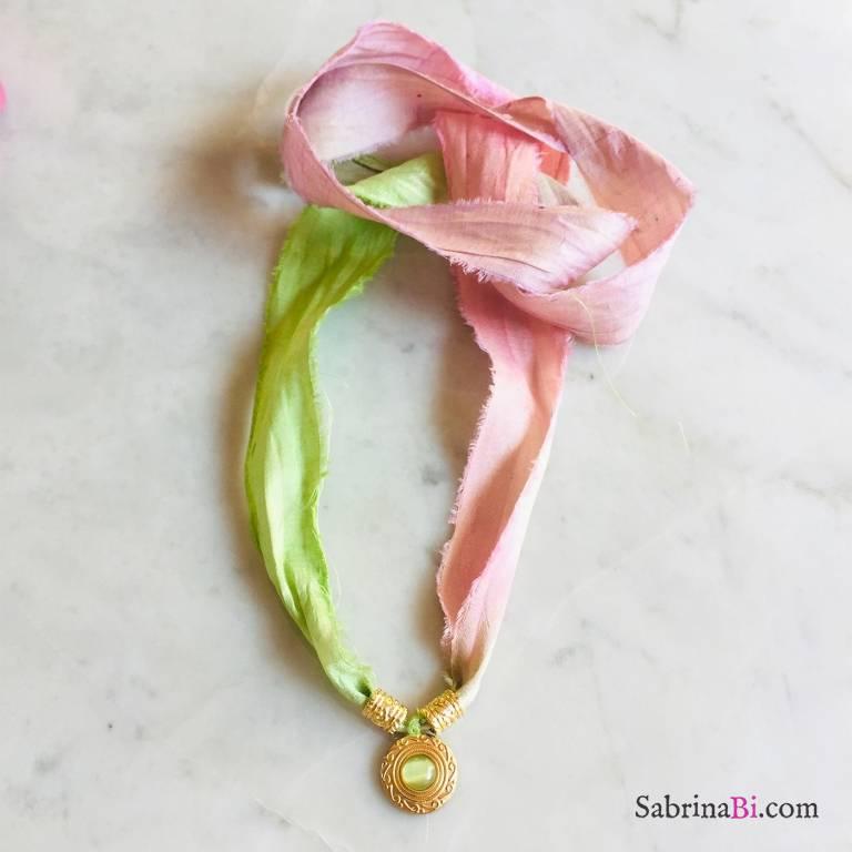 Nastro di seta verde rosa con pendente Occhio di Gatto
