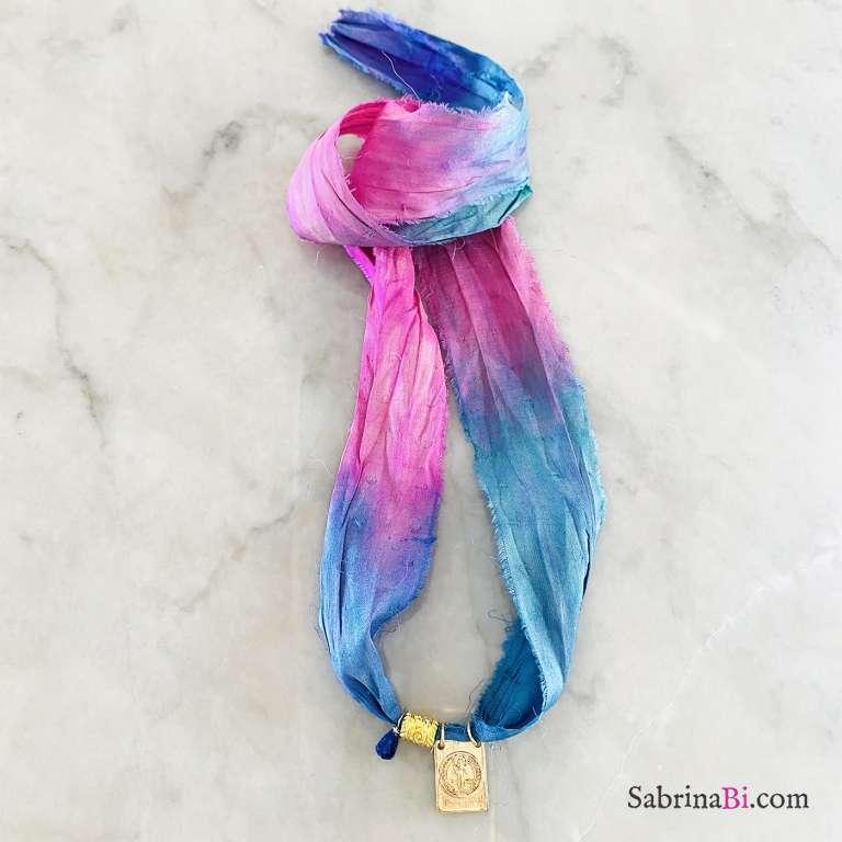 Nastro di seta rosa blu con ciondolo São Bento e Sodalite