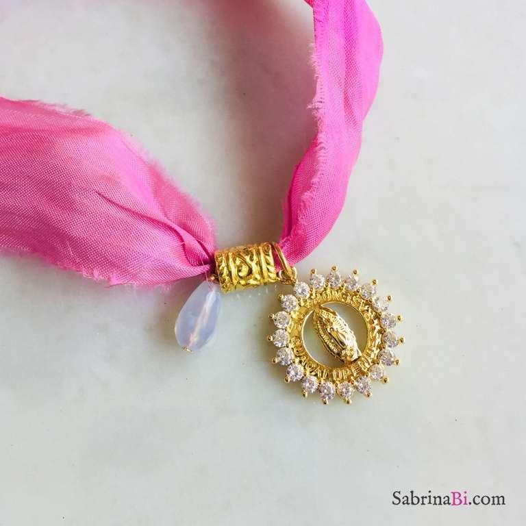 Nastro di seta rosa con ciondolo Madonnina Zirconi e Calcedonio