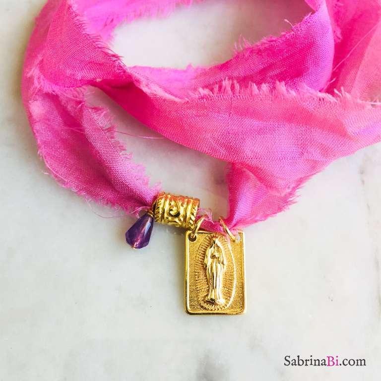 Nastro di seta rosa con ciondolo Nostra Signora e Ametista