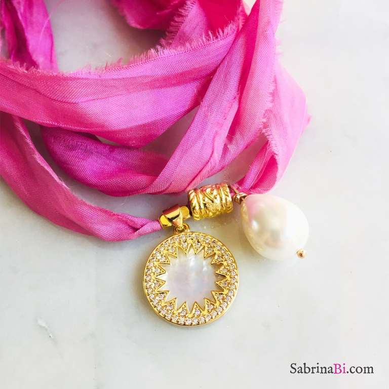 Nastro di seta rosa con ciondolo Sole Madreperla e Perla