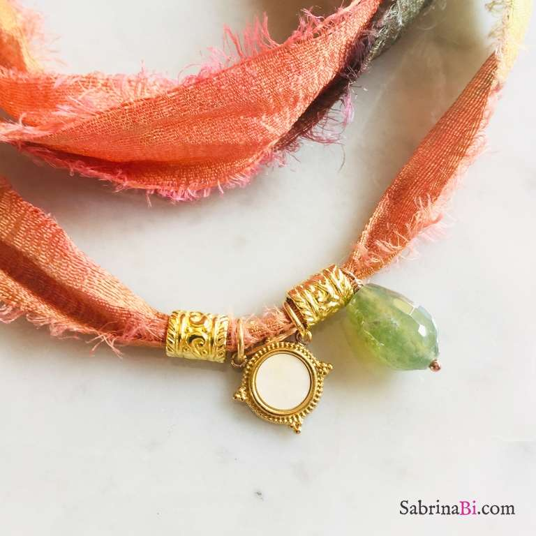 Nastro di seta verde arancione con ciondolo Madreperla e Fluorite