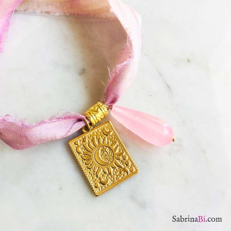 Nastro di seta verde rosa con ciondolo Sole e luna e Agata rosa