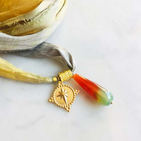Nastro di seta verde giallo con ciondolo Rosa dei venti e Agata verde muschiata